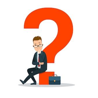 Plano joven empresario sentado en un enorme signo de interrogación rojo