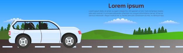 Plantilla de banner horizontal de conducción de coches en la naturaleza sobre el paisaje verde