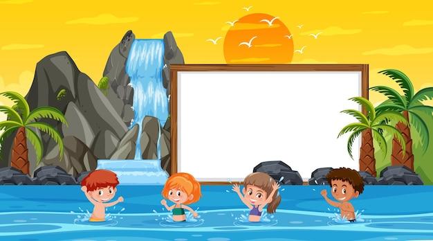 Plantilla de banner vacío con niños de vacaciones en la escena del atardecer en la playa