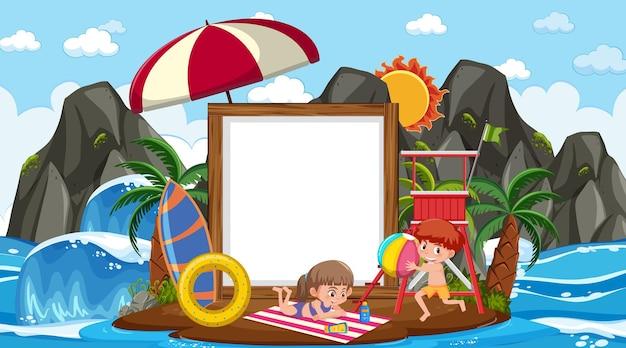 Plantilla de banner vacío con niños de vacaciones en la escena diurna de la playa