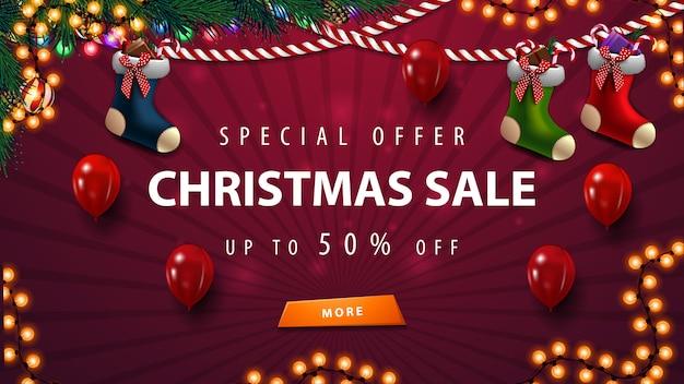 Plantilla de banner de venta púrpura de navidad con guirnaldas, globos y medias navideñas