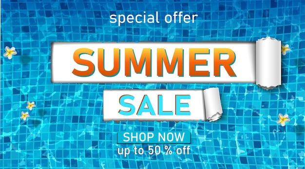 Plantilla de banner de venta de verano con texturas de piscina y flores exóticas.