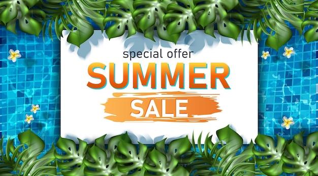 Plantilla de banner de venta de verano con texturas de piscina y plantas exóticas.