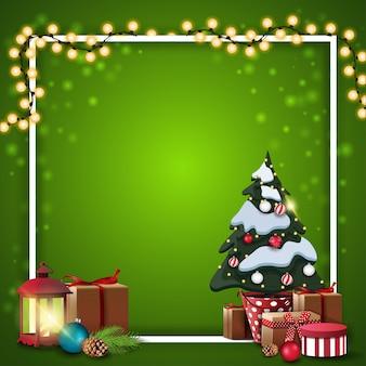 Plantilla en blanco cuadrado verde de navidad con guirnalda envuelta en marco blanco, árbol de navidad en una olla con regalos y lámpara vintage