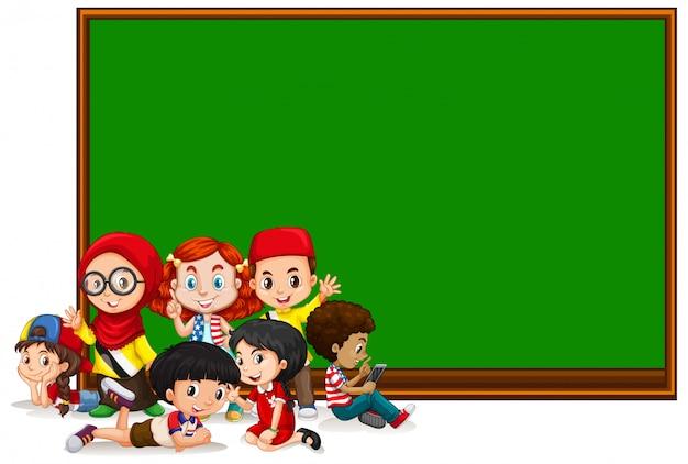 Plantilla de cartel en blanco con niños y tablero verde