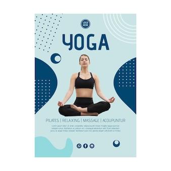 Plantilla de cartel de clase de yoga con foto