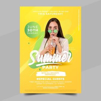 Plantilla de cartel de fiesta de verano plana con foto