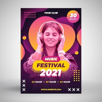 Plantilla de cartel de mujer con auriculares música evento