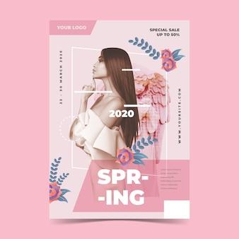 Plantilla de cartel de venta de primavera sobre fondo rosa claro