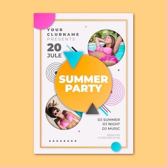 Plantilla de cartel vertical de fiesta de verano en estilo papel con foto