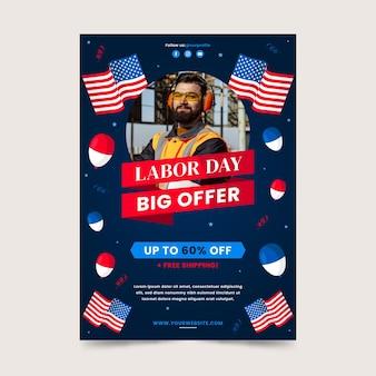 Plantilla de cartel vertical de venta de día del trabajo plano con foto