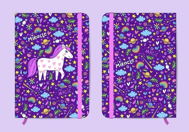 Plantilla de cuaderno violeta con banda elástica y marcador con lindo patrón de unicornio dibujado a mano.