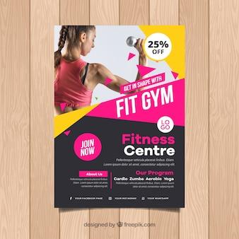 Plantilla de cover de gimnasio con imagen de mujer entrenando