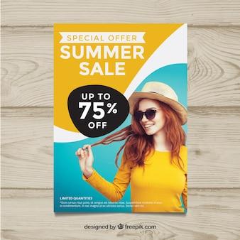 Plantilla de flyer ondulado de rebajas de verano con imagen