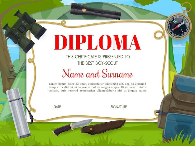 Plantilla de diploma de boy scout con binoculares de equipo de campamento de dibujos animados, mochila y brújula con linterna, frasco de vacío y cuchillo de caza. diseño de certificado de premio educativo para niños.