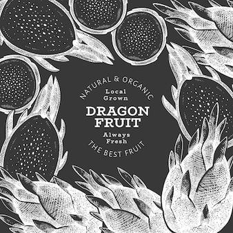 Plantilla de diseño de fruta de dragón dibujada a mano. ilustración de vector de alimentos orgánicos frescos en la pizarra. banner de fruta de pitaya retro.