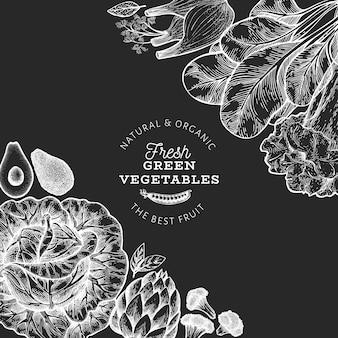 Plantilla de diseño de verduras verdes. mano dibuja la ilustración de alimentos vector en pizarra. marco vegetal de estilo grabado.