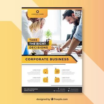 Plantilla elegante de folleto de negocios con trabajadores jóvenes