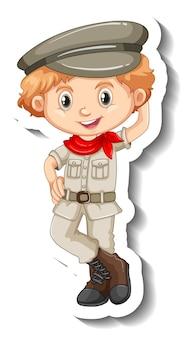 Una plantilla de etiqueta con un niño con personaje de dibujos animados de traje de safari