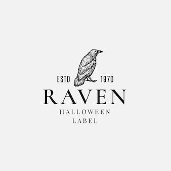 Plantilla de etiqueta o logotipo de halloween de calidad superior. cuervo malvado dibujado a mano o símbolo de boceto de cuervo y tipografía retro.