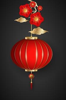 Plantilla de feliz año nuevo chino. ricas flores en flor y linterna colgante sobre un fondo oscuro con nubes tradicionales chinas.