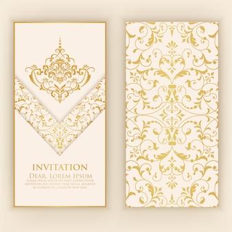 Plantilla de invitación con adornos de damasco dorado
