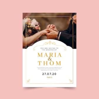 Plantilla de invitación de boda hermosa con foto y marco dorado