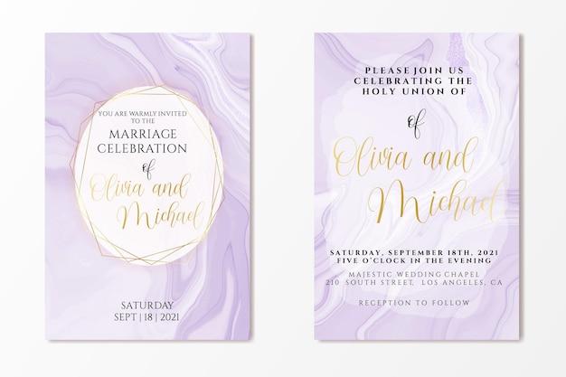 Plantilla de invitación de boda sobre fondo de acuarela de mármol líquido violeta con líneas de papel de aluminio y marco
