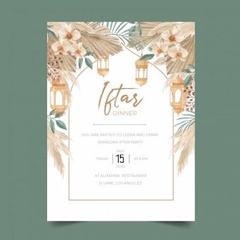 Plantilla de invitación a la cena de ramadán iftar con hojas secas de palma, hierba de pampa, orquídea y linterna