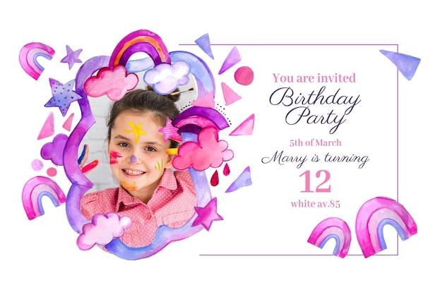 Plantilla de invitación de cumpleaños de arco iris de acuarela pintada a mano con foto