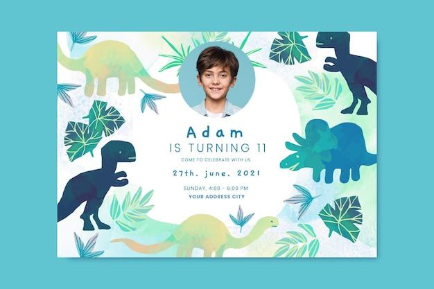 Plantilla de invitación de cumpleaños de dinosaurio acuarela pintada a mano con foto