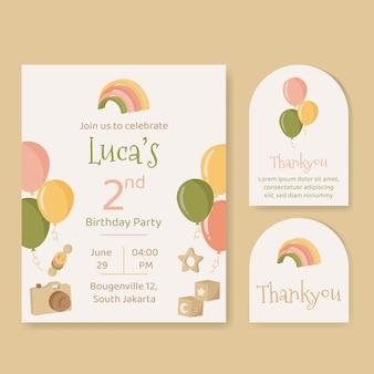 Plantilla de invitación de cumpleaños con globos y juguetes de madera en colores neutros.