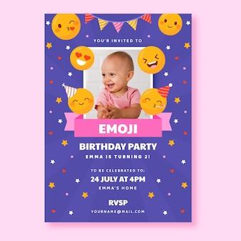 Plantilla de invitación de cumpleaños plana emoji con foto
