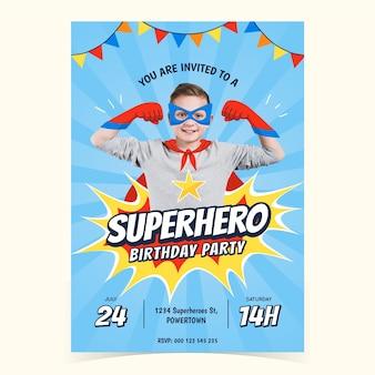 Plantilla de invitación de cumpleaños de superhéroe dibujada a mano con foto
