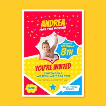 Plantilla de invitación de cumpleaños de superhéroe plana con foto