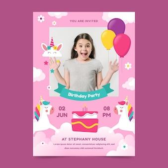 Plantilla de invitación de cumpleaños vertical de unicornio plano con foto