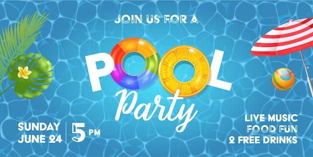 Plantilla de invitación de fiesta en la piscina con superficie de piscina, hojas de palma, sombrilla de playa y pelota de goma. arco iris inflable realista y anillos naranjas.