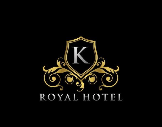 Plantilla de logotipo dorado con cresta de letra k de hotel real