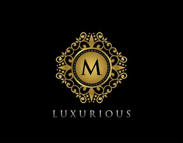 Plantilla de logotipo dorado con cresta de letra royal king m