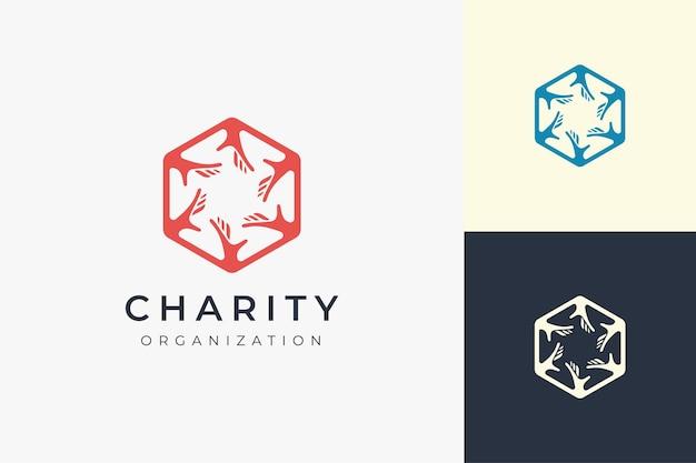 Plantilla de logotipo de solidaridad o caridad en forma de hexágono y 6 manos
