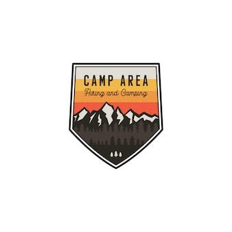 Plantilla de logotipo de zona de camping. senderismo parche e insignia diseño plano emblema de montaña