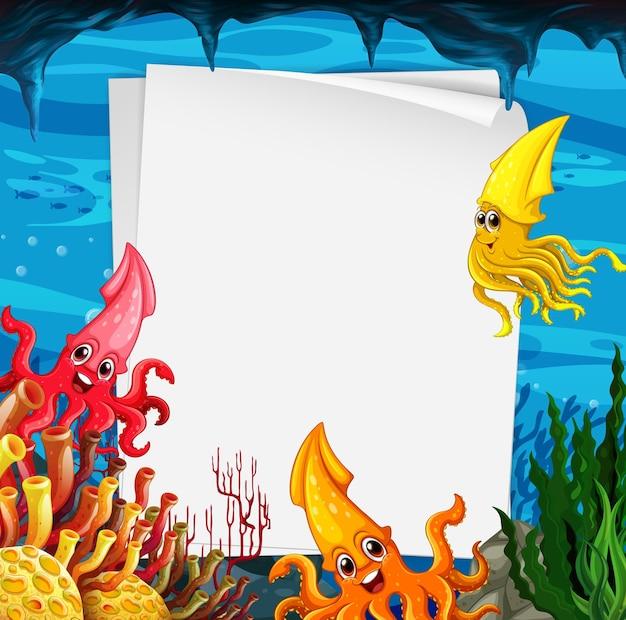 Plantilla de papel en blanco con muchos personajes de dibujos animados de calamares en la escena submarina