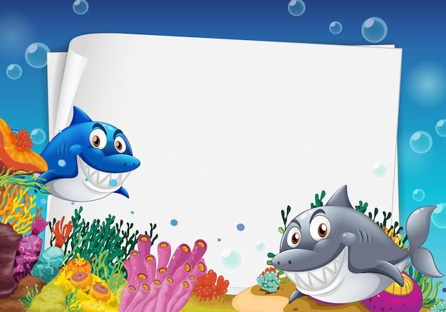Plantilla de papel en blanco con muchos personajes de dibujos animados de tiburones en la escena submarina