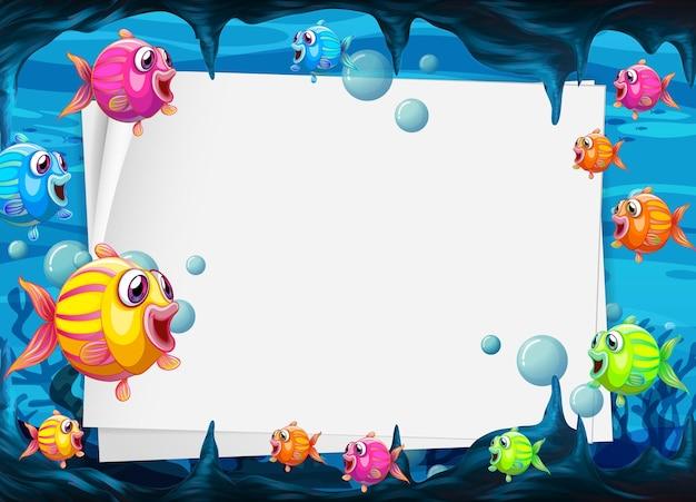 Plantilla de papel en blanco con personaje de dibujos animados de peces exóticos en la escena submarina