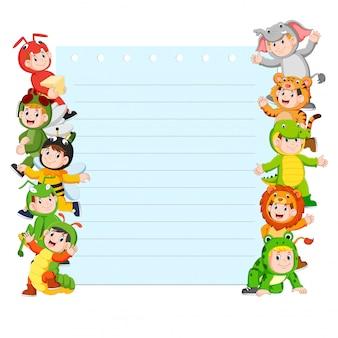 Plantilla de papel con muchos niños disfrazados de animales.