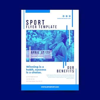 Plantilla de póster deportivo con agua potable de mujer