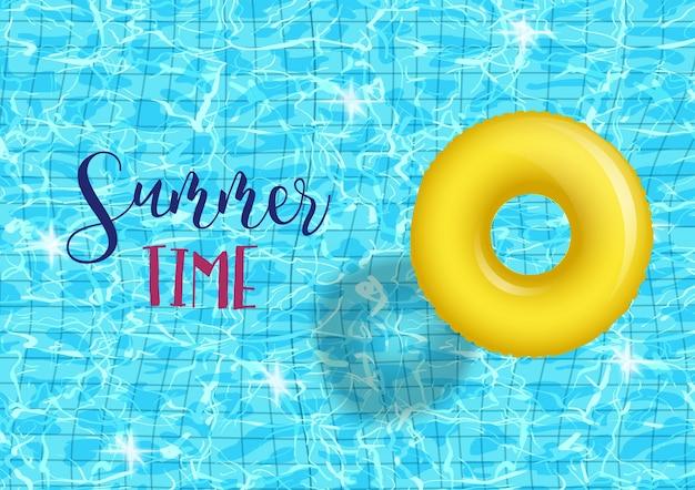 Plantilla de póster de fiesta en la piscina de horario de verano con fondo de agua ondulada de piscina azul con anillo inable amarillo.