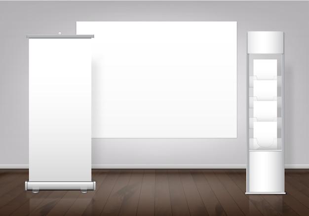 Plantilla de stand de feria en blanco blanco y banner de visualización enrollable vertical con espacio para soporte de texto en piso de madera.