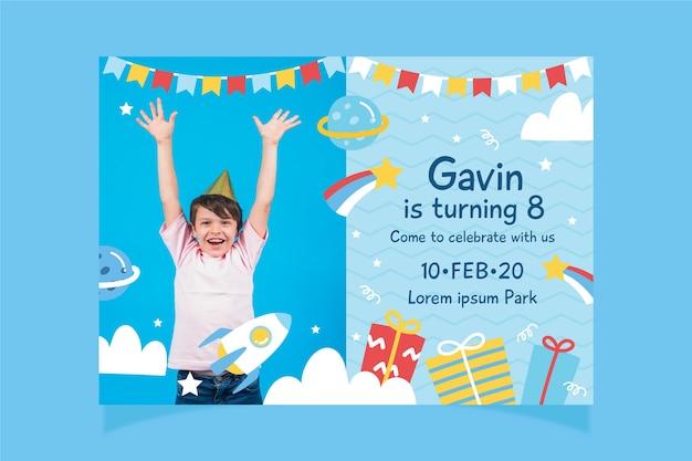 Plantilla de tarjeta de cumpleaños infantil multicolor con foto