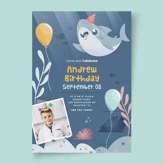 Plantilla de tarjeta de cumpleaños con tiburones y globos para niños